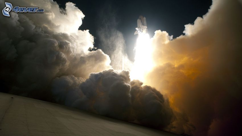 partenza di una navicella spaziale, fumo, bagliore