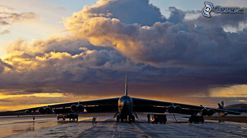Boeing B-52 Stratofortress, nuvole