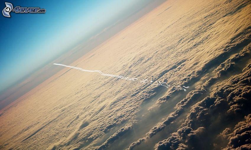 scia di condensazione, sopra le nuvole