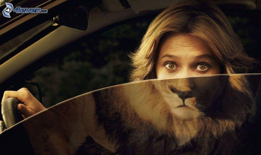 donna in macchina, bionda, leone, riflessione