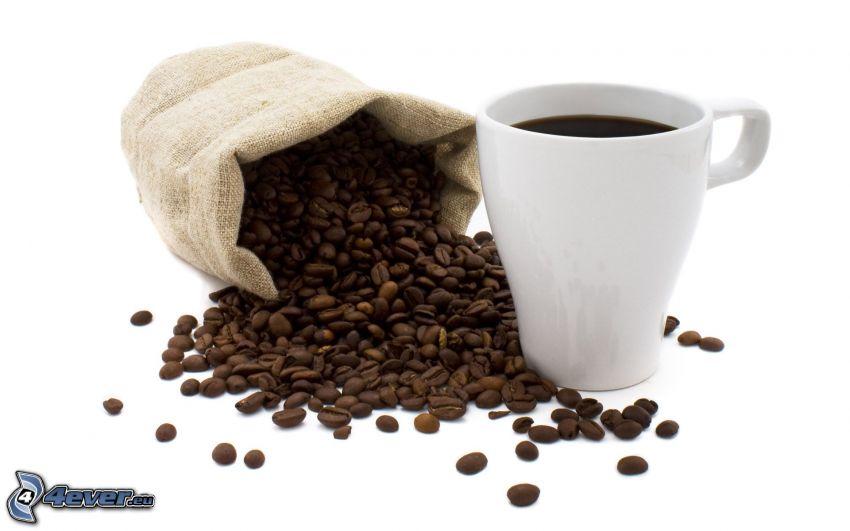 chicchi di caffè, una tazza di caffè