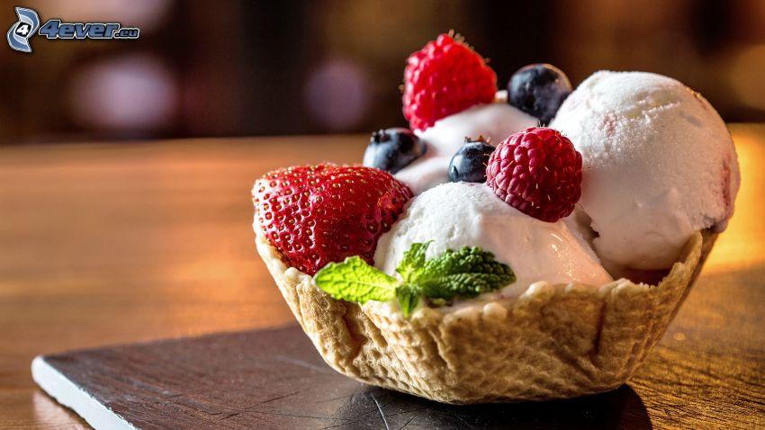 Gelato nel piatto con frutta, cono gelato, Lamponi, mirtilli, menta