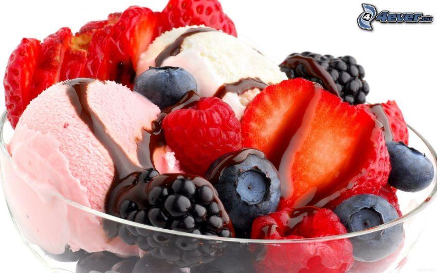 Gelato nel piatto con frutta, frutta di bosco