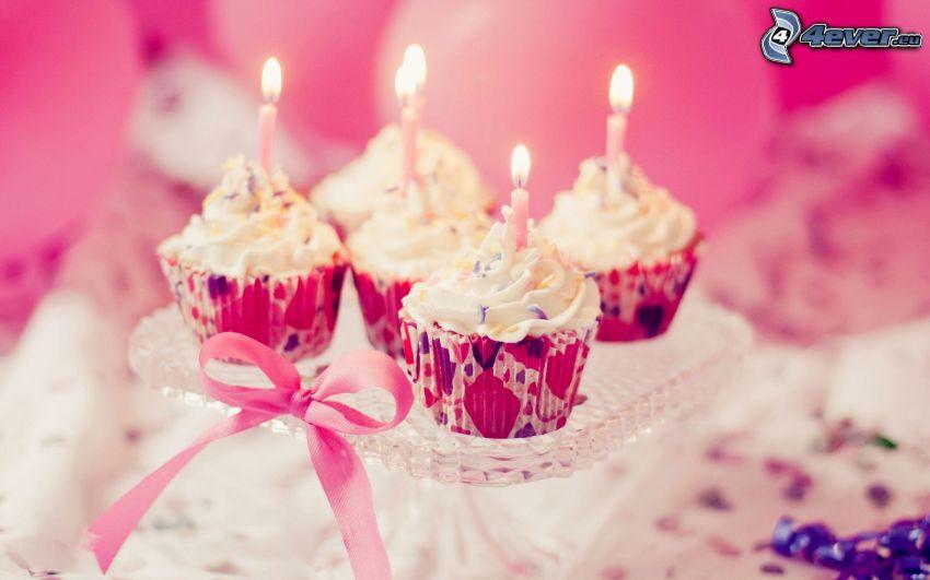 Muffin, candele, fiocco, nastro