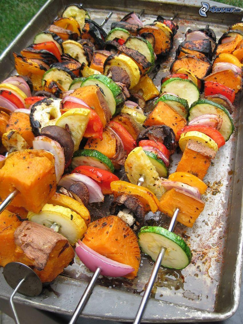 spiedino alla griglia, cetrioli, peperoni, carote