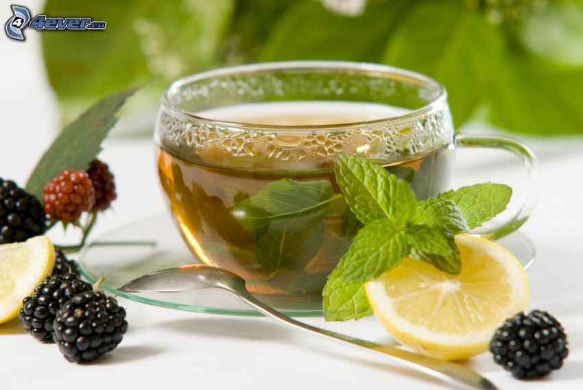 tazza di tè, more, limone, foglie di menta