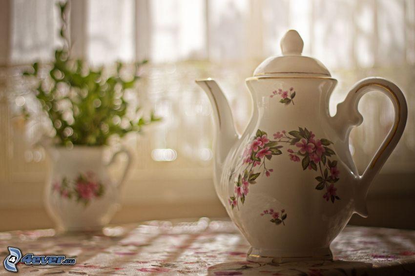 teiera, fiori in un vaso