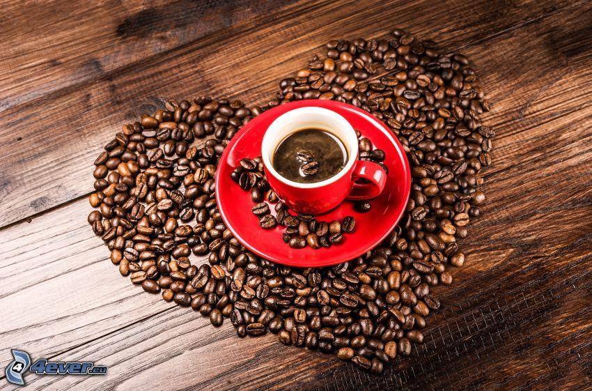 una tazza di caffè, chicchi di caffè, cuore
