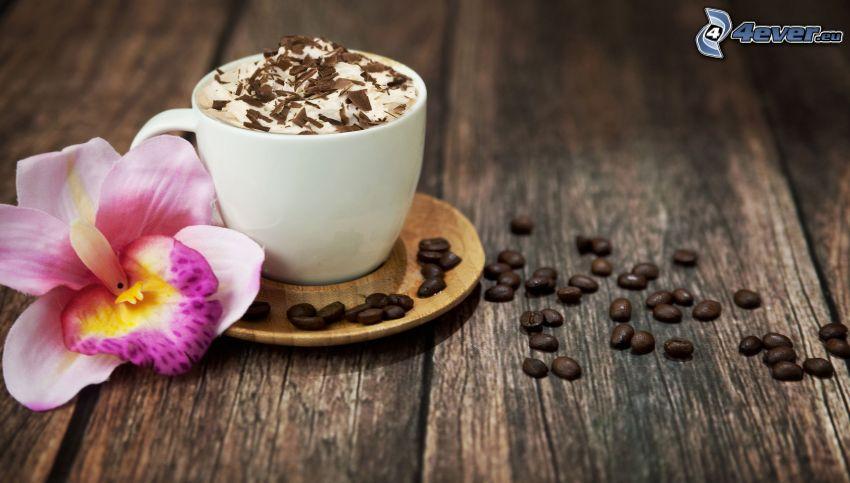 una tazza di caffè, chicchi di caffè, orchidea