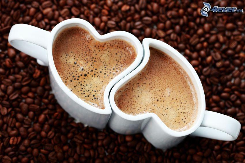 una tazza di caffè, chicchi di caffè, tazza a forma di cuore