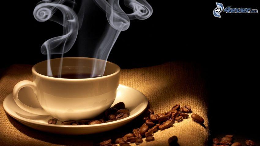 una tazza di caffè, chicchi di caffè, vapore
