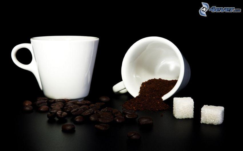 una tazza di caffè, chicchi di caffè, zucchero in quadretti