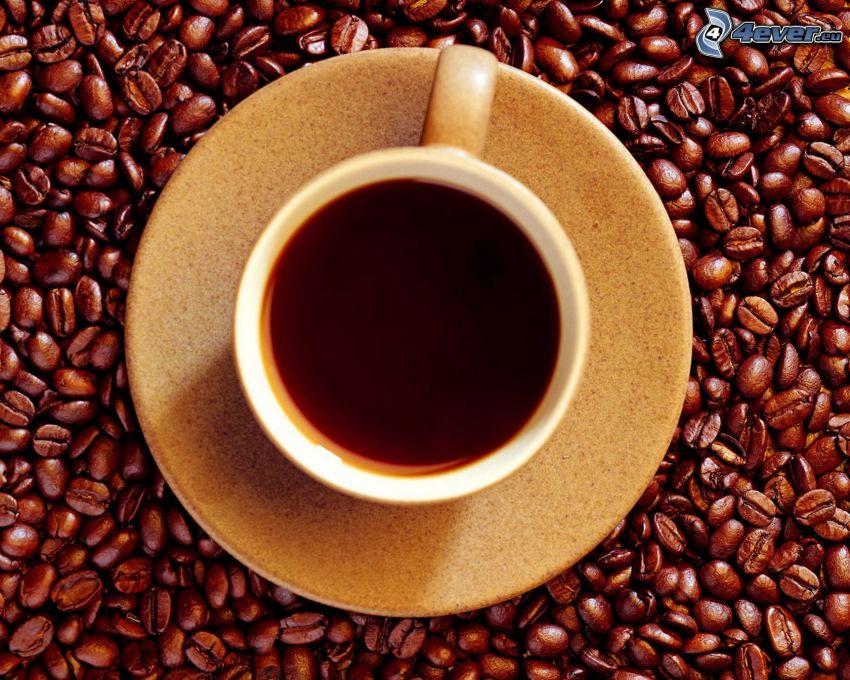 una tazza di caffè, chicchi di caffè