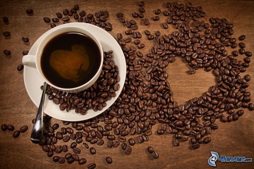 una tazza di caffè, cuore, chicchi di caffè
