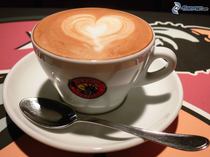 una tazza di caffè, cuore, cucchiaio, latte art