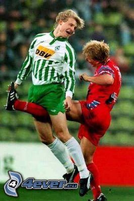 calcio tra le gambe, calciatori