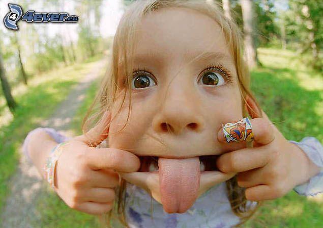 la lingua fuori, facce, bambino