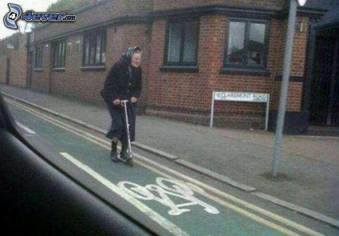 nonna, monopattino, percorso per ciclisti