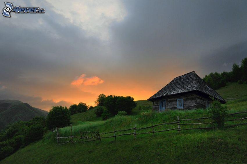 casa in legno, serata all'alba
