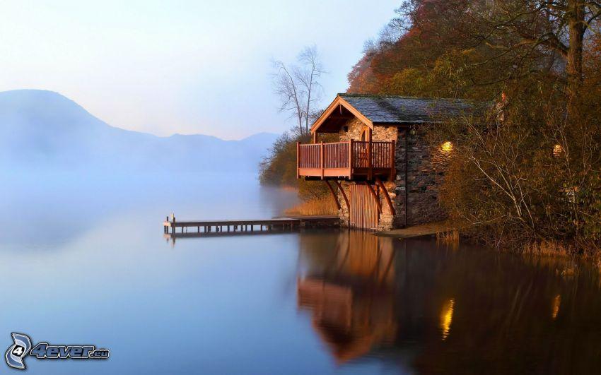 casa in riva al lago, molo di legno