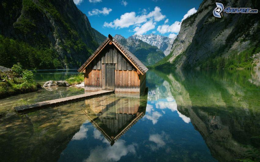 casa sull'acqua, montagne rocciose, lago