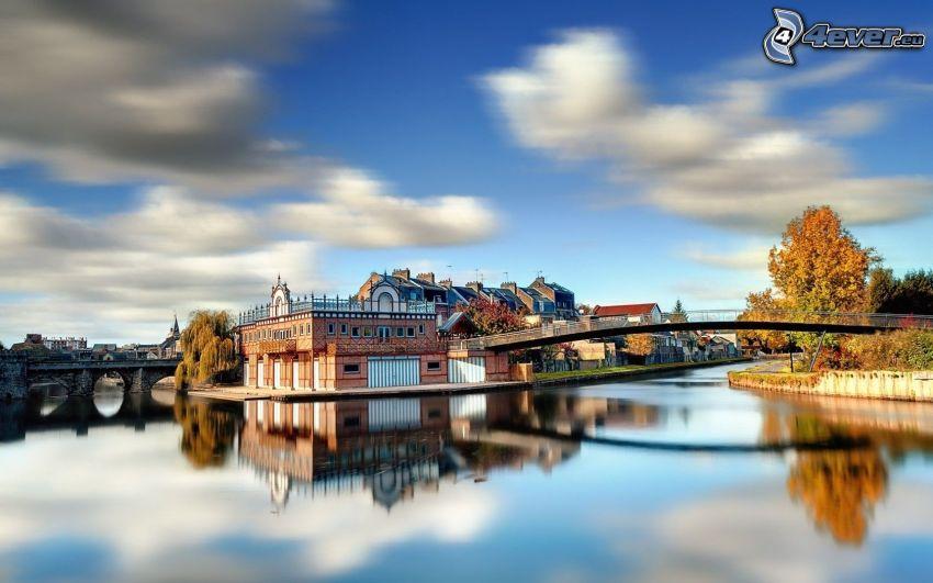 case, ponte pedonale, il fiume, albero giallo