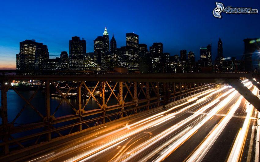 autostrada di sera, Brooklyn Bridge, grattacieli, Manhattan, città notturno