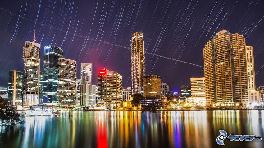 Brisbane, città notturno, cielo stellato, la rotazione della Terra