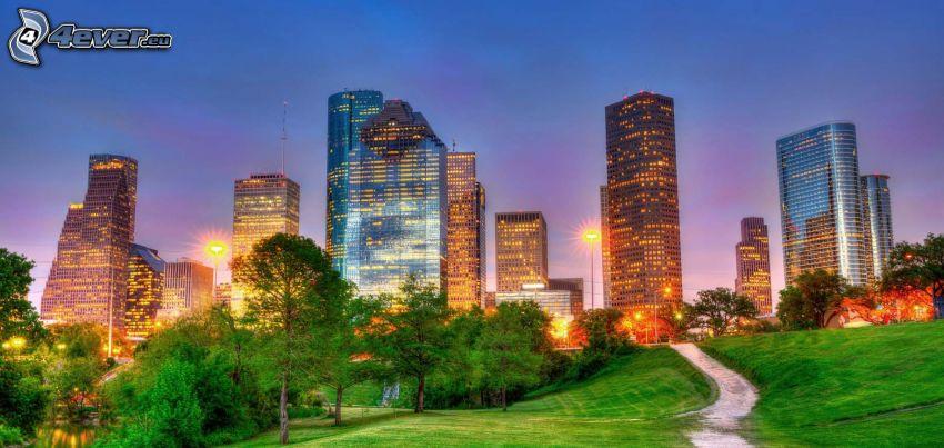 Houston, grattacieli, parco, marciapiede, città di sera