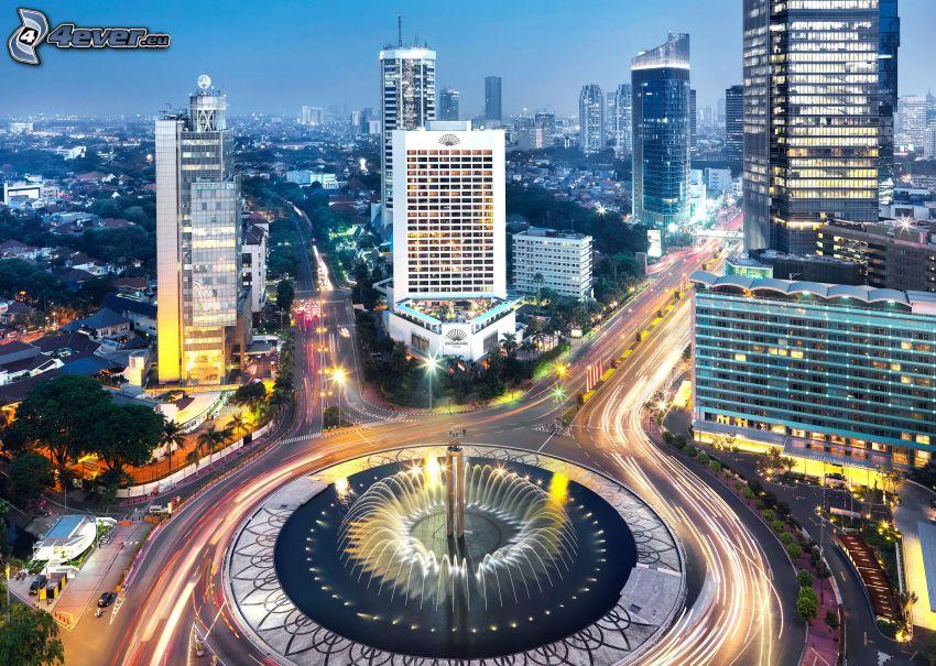Jakarta, città di sera, rotonda di notte
