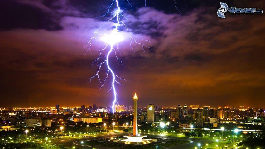 Jakarta, città notturno, fulmine, tempesta
