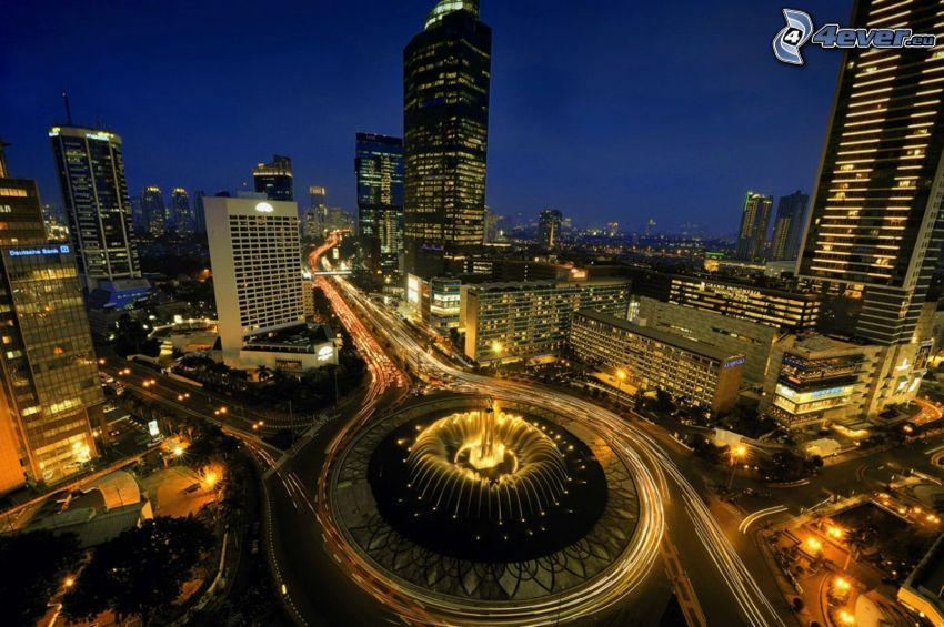 Jakarta, città notturno, grattacieli, rotonda di notte
