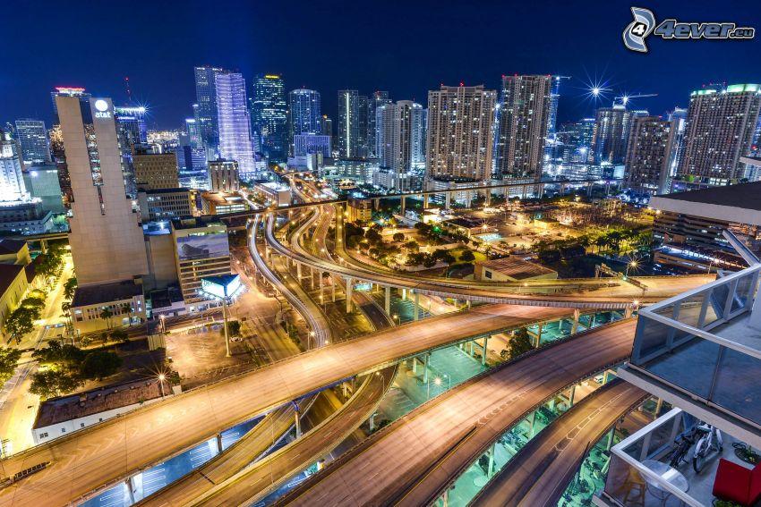 Miami, città notturno, autostrada, grattacieli