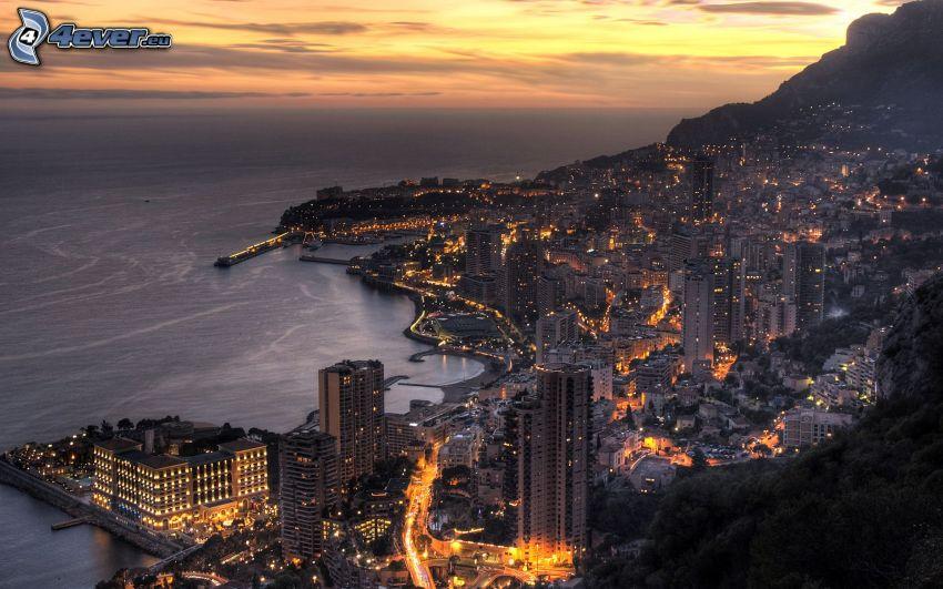 Monaco, città di sera, mare