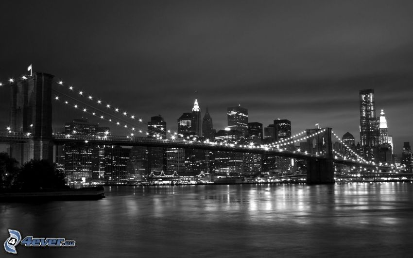 New York durante la notte, Brooklyn Bridge, ponte illuminato, foto in bianco e nero