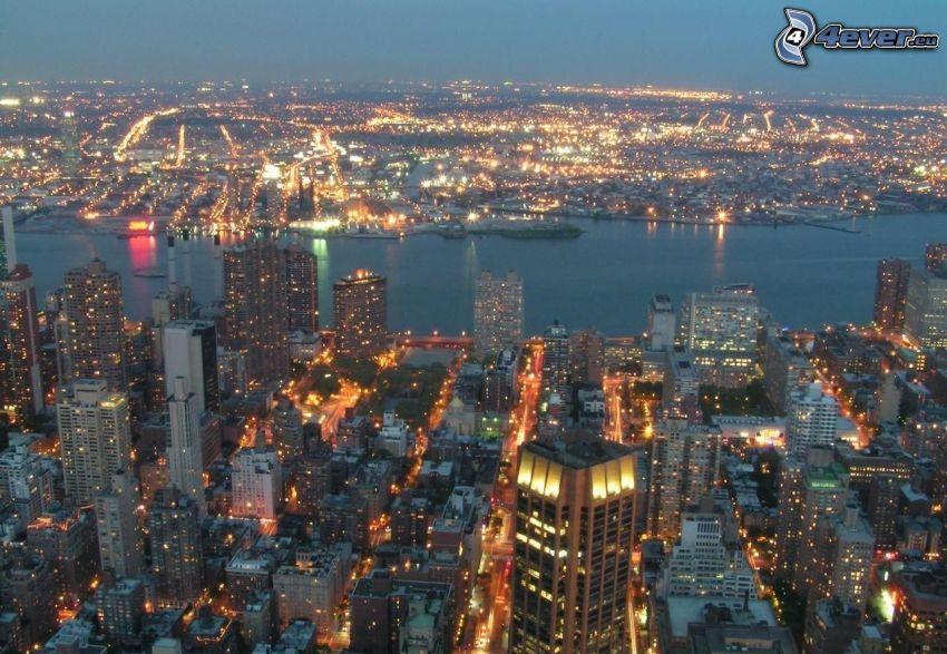 New York durante la notte, vista della città, illuminazione