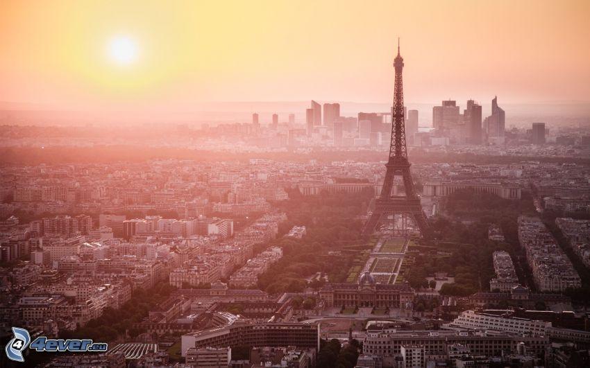 Parigi, Torre Eiffel, tramonto sopra una città