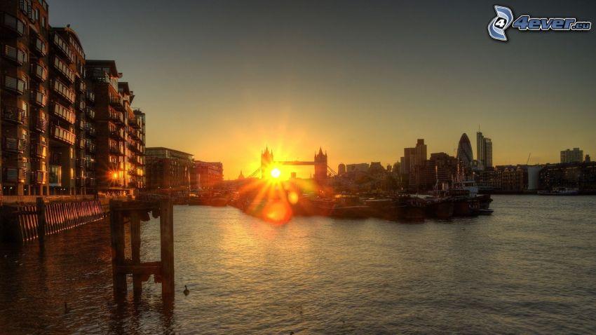 Tower Bridge, Londra, tramonto in città, HDR