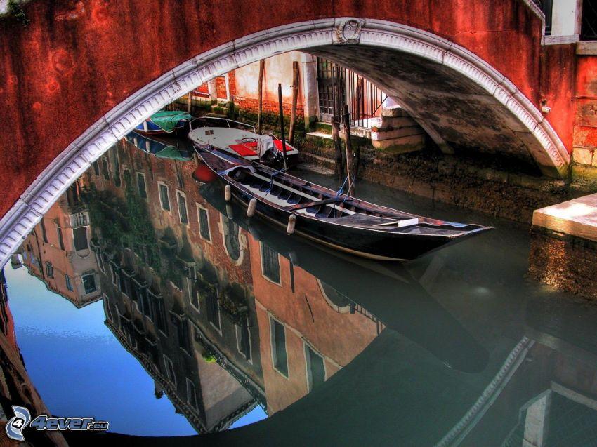 Venezia, barca sul fiume, ponte