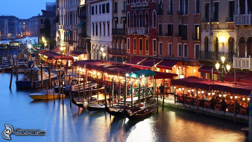 Venezia, barche vicino alla riva