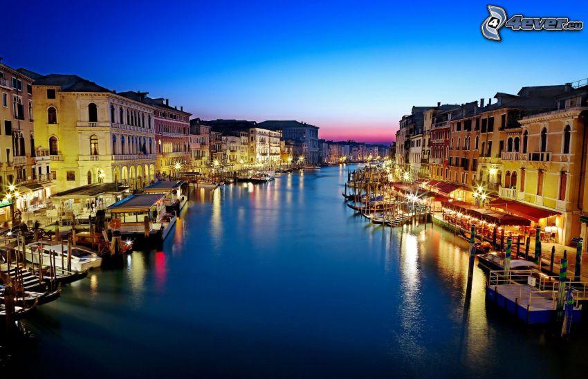 Venezia, città di sera