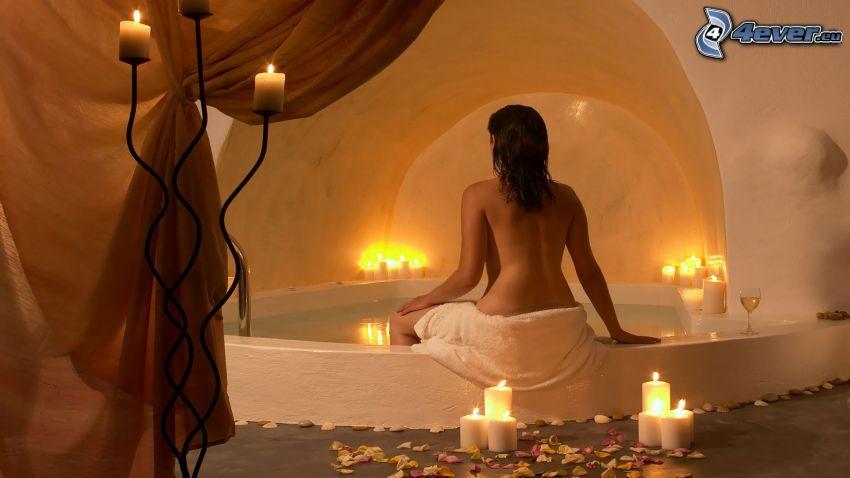 bagno, donna seminuda, candele, petali di rosa