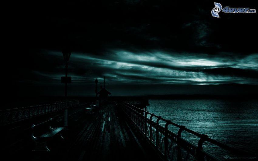 molo di legno, notte, nuvole