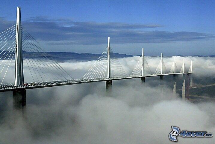 ponte Millau nella nebbia, ponte dell'autostrada, Francia