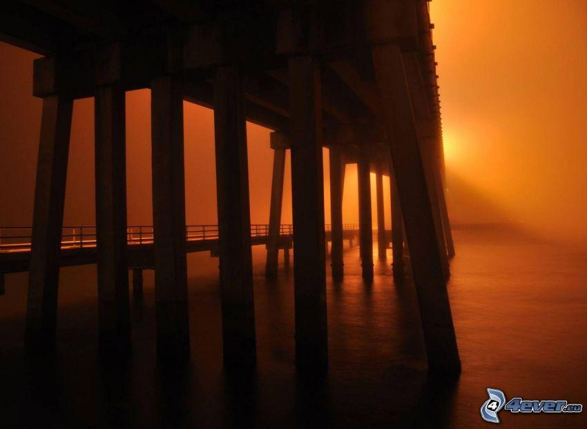 sotto il ponte, sera, cielo arancione