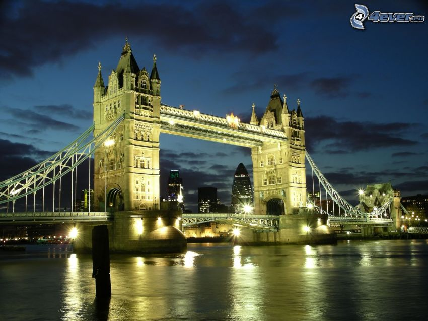 Tower Bridge, ponte illuminato, Tamigi