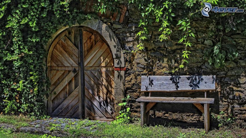 porta vecchia, portone, panchina, muro di mattoni, edera