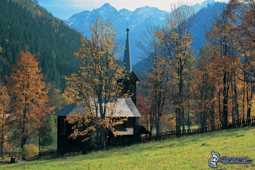 chiesa di legno, Slovacchia, alberi colorati, foresta, montagne, autunno