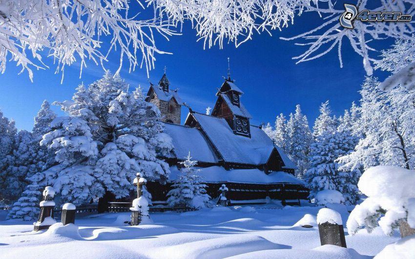 Chiesa nevosa, chiesa di legno, alberi coperti di neve, cimitero, inverno, neve