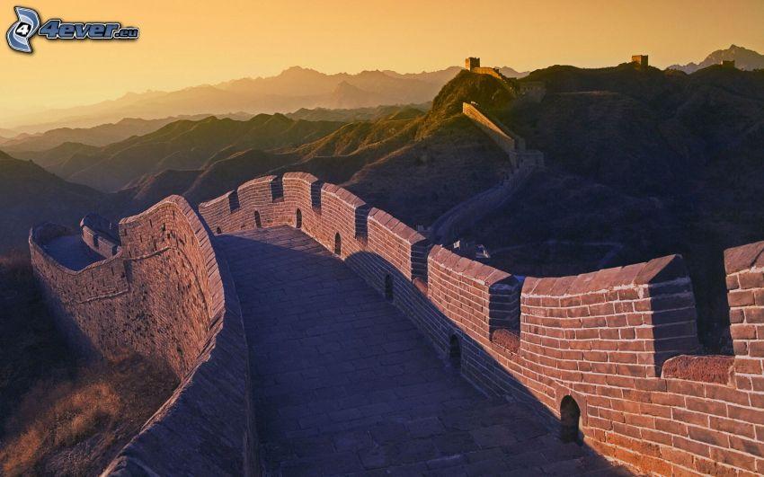 Grande muraglia cinese, dopo il tramonto, montagne